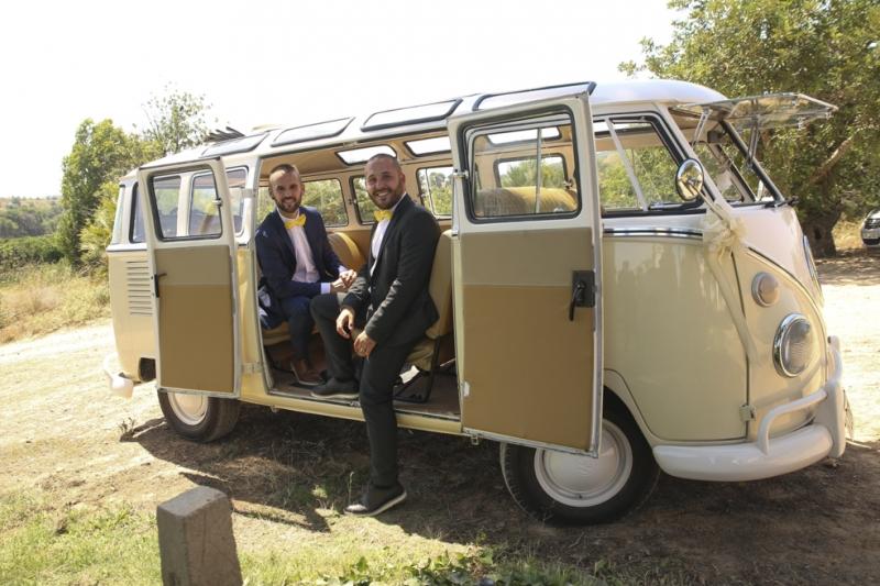 Los amigos en una boda en Masía Niñerola